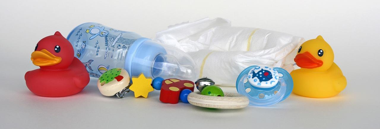 Tout ce dont bébé a besoin, mitaine , anneau dentition, langes, jouets, landeau. Tous les accessoires bébé