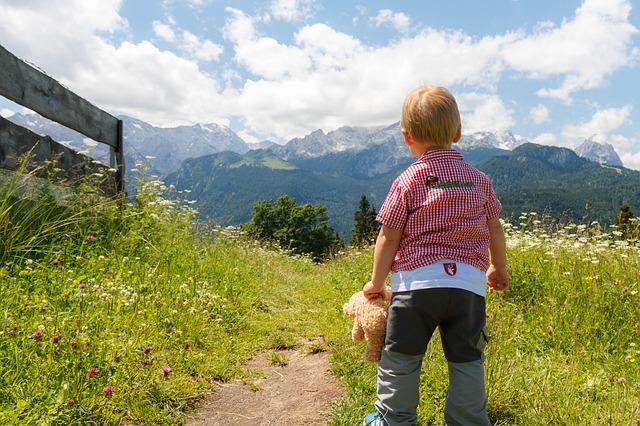 L'été à la montagne avec bébé : les précautions à prendre en considération