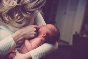 Première fois maman : comment bien préparer l'arrivée du bébé ?